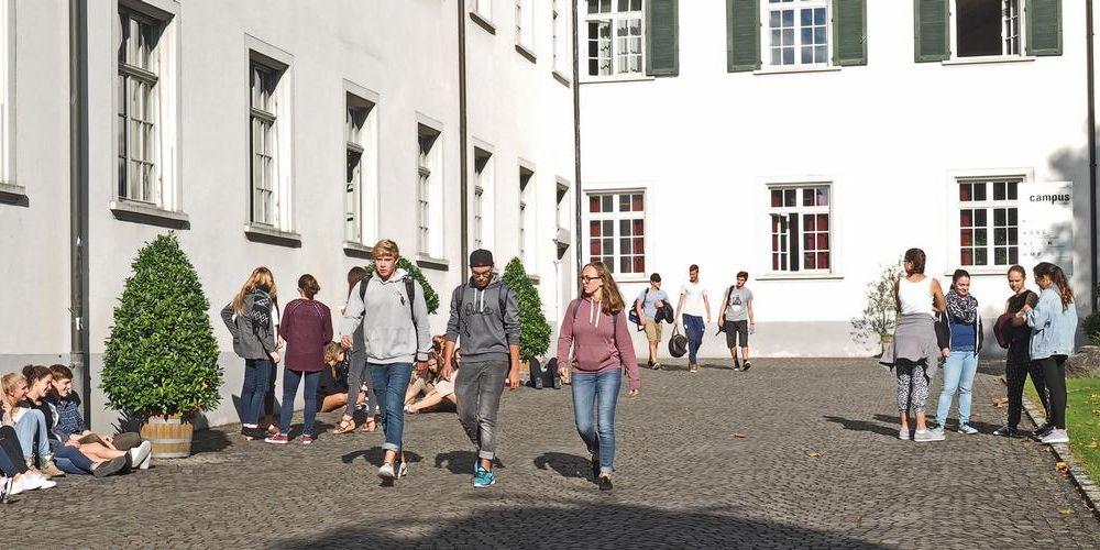 Pausenszene vor dem Kloster Kreuzlingen.